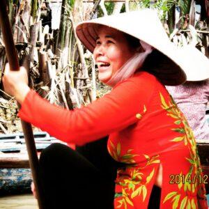 Mekong nehri üzerinde Vietnam'lı bir kadın